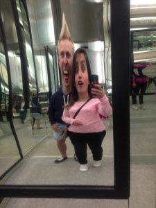 espelho em parque de diversão