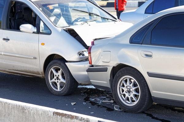 colisões - colisão entre automóveis que causam deformações permanentes.