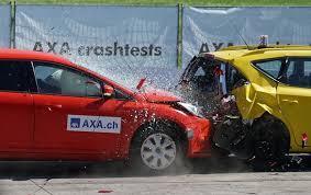 após uma colisão traseira, os carros seguem o movimento juntos colisão inelástica