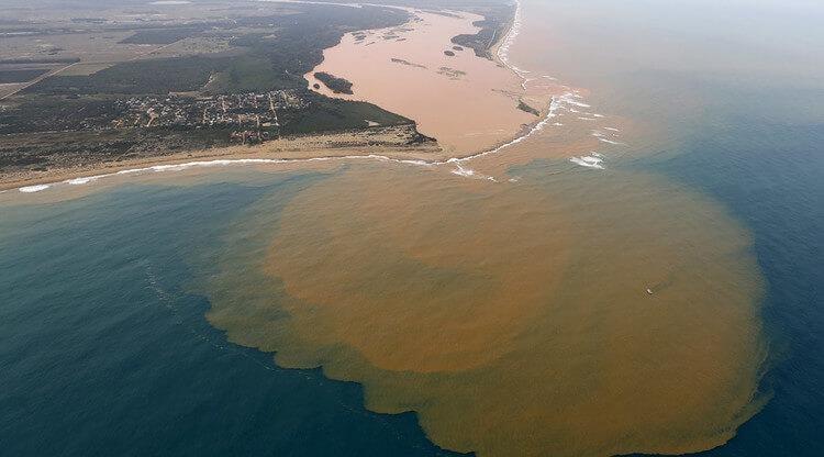 Figura 1 que mostra Lama de poluição causada pelo crime ambiental de Mariana chegando ao oceano Atlântico. Parte da aula sobre a extinção e poluição da água
